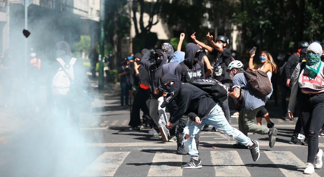 Un grupo de manifestantes protesta, a las afueras de la Embajada de Estados Unidos, en Ciudad de México, México, el 5 de junio de 2020.