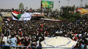 Des manifestants soudanais dans une rue du centre de Khartoum le 11 avril 2019, après le renversement du président Omar el-Béchir.