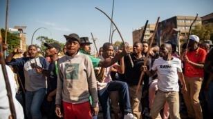 Des habitants de la communauté zoulue brandissent des bâtons à Johannesburg après des violences xénophobes, le 3 septembre 2019.