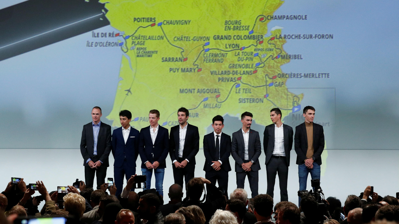 Los ciclistas Christopher Froome, Egan Bernal, Steven Kruijswijk, Thibaut Pinot, Caleb Ewan, Julian Alaphilippe, Warren Barguil y Romain Bardet, posan en la presentación del Tour de Francia 2020 en París, Francia, el 15 de octubre de 2019.
