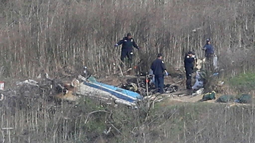 Un grupo de investigadores trabaja en la escena del accidente del helicóptero que mató a la estrella de la NBA, Kobe Bryant, en Calabasas, California, el 27 de enero de 2020.
