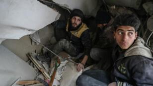 Cascos blancos de la Defensa Civil Siria buscan sobrevivientes tras un bombardeo en Duma, Siria el 6 de febrero de 2018.