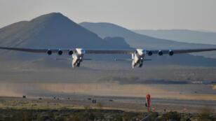 El avión más grande del mundo, construido por la compañía Stratolaunch Systems de Paul Allen , despega en su primer vuelo de prueba en Mojave, California, EE. UU., El 13 de abril de 2019.