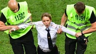 أحد أعضاء فرقة بوسي رايوت أثناء اعتقالها خلال المباراة النهائية لكأس العالم 2018 في روسيا