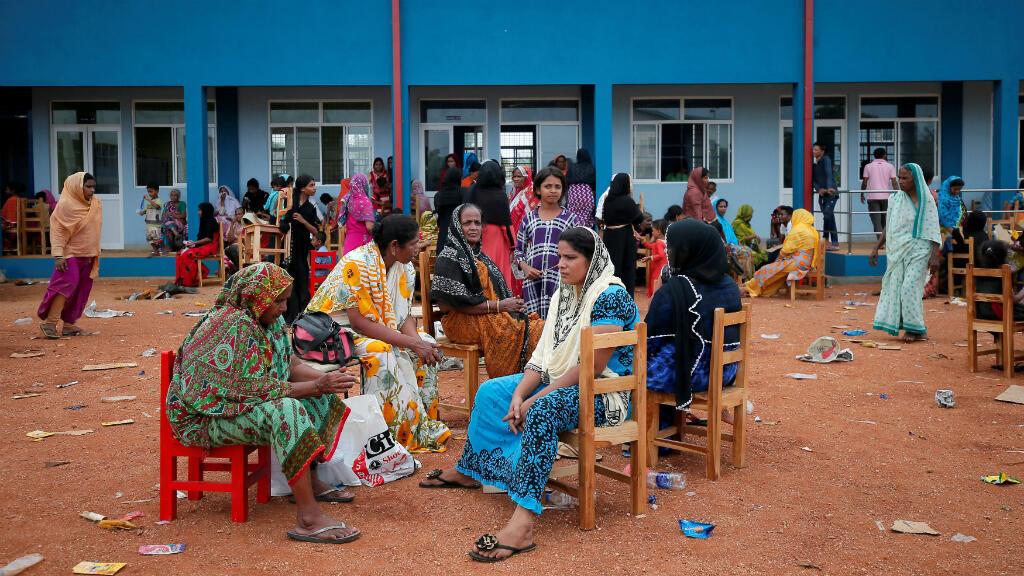 En Kalmunai, este de Sri Lanka, los residentes de las zonas aledañas a donde se realizó el operativo en la noche del viernes 26 de abril fueron reubicados en una escuela local para protegerlos del fuego cruzado.