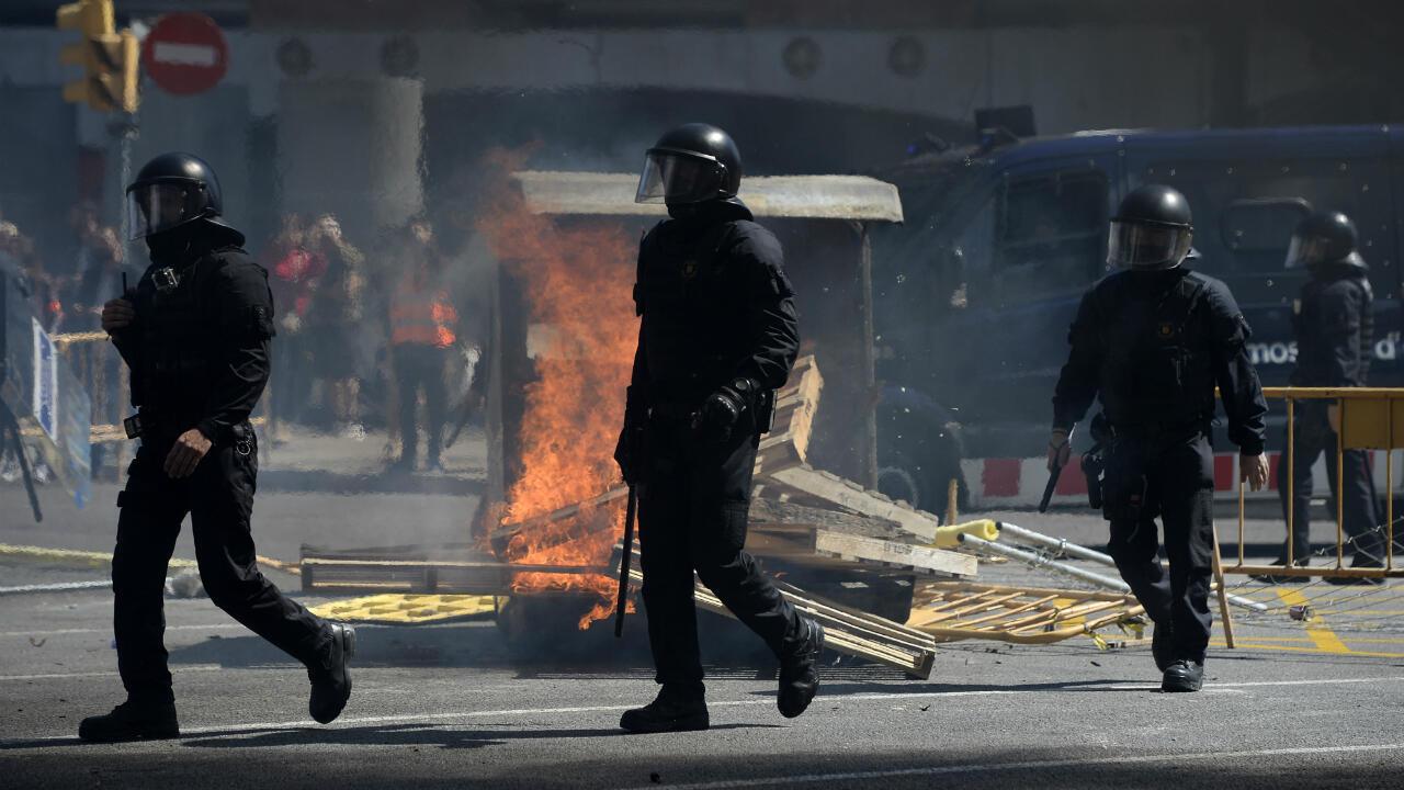 La police régionale catalane intervient lors des heurts entre militants pro-indépendance et les supporters du parti espagnol d'extrême-droite, Vox, le 30 mars à Barcelone.