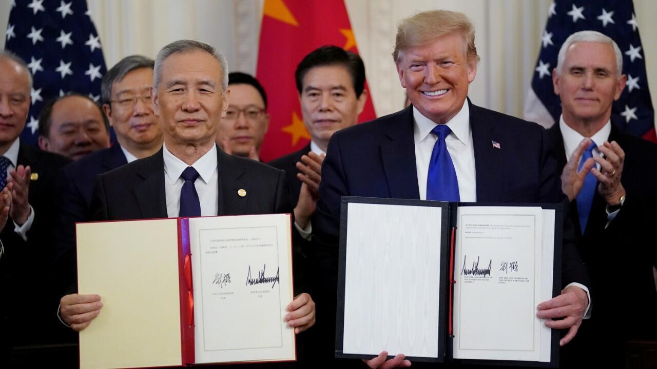 """الرئيس دونالد ترامب ونائب رئيس مجلس الدولة الصيني ليو هي بعد توقيع """"المرحلة الأولى"""" من الاتفاقية التجارية بين الولايات المتحدة والصين في القاعة الشرقية للبيت الأبيض في واشنطن، الولايات المتحدة، 15 كانون الثاني/يناير 2020."""