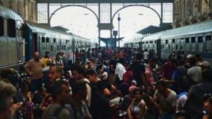 مهاجرون ولاجئون في محطة قطارات في بودابست في 1 ايلول/سبتمبر 2015