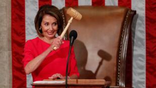 La presidenta de la Cámara de Representantes de EE.UU., Nancy Pelosi, levanta el mazo después de ser elegida como presidenta de esa institución, en Capitol Hill, Washington, el 3 de enero de 2019.