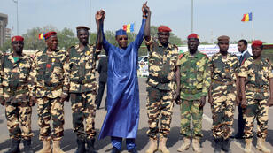 Le président tchadien Idriss Déby Itno entouré de militaires à N'Djamena en décembre 2015. Il salue les troupes tchadiennes revenues du Niger, où elles ont combattu Boko Haram.