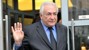 Dominique Strauss-Kahn quitte son hôtel à Lille, le 16 février 2015.