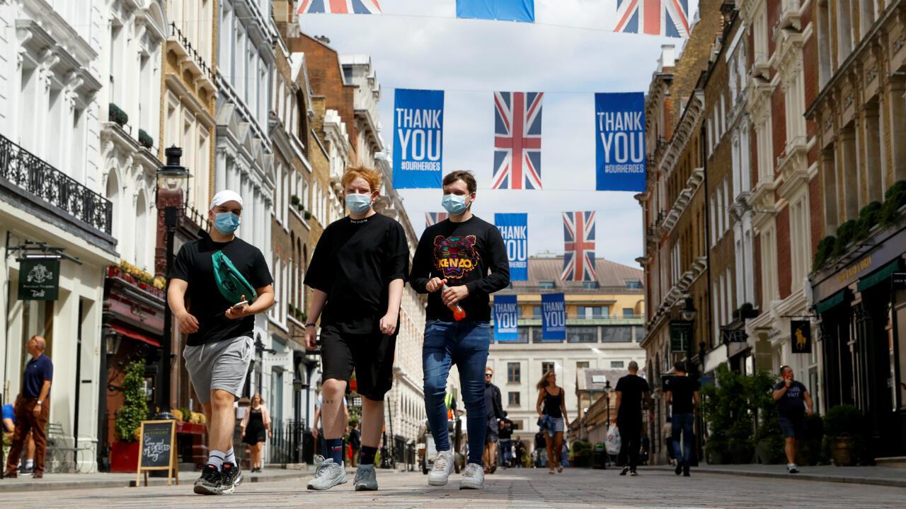 Gente caminando con mascarillas en Covent Garden, en el centro de Londres, Reino Unido, el 24 de julio de 2020.