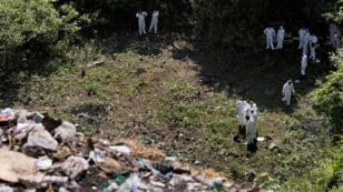 Des médecins légistes cherchent des restes humains à Cocula, en octobre 2014.