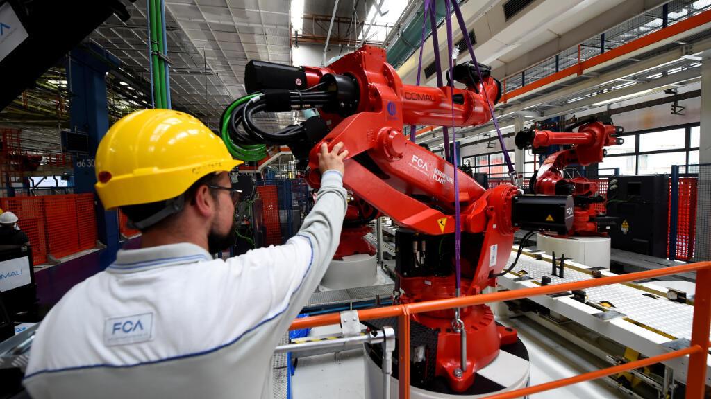 Un trabajador en el complejo industrial de Mirafiori, en Turín, Italia, trabaja en la instalación del primer robot en la línea de producción del nuevo auto eléctrico Fiat 500 BEV. El 11 de julio de 2019.