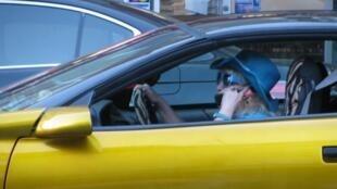 Según el Observatorio Nacional Interministerial de Seguridad Vial (ONISR), una llamada telefónica triplica el riesgo de accidentes.