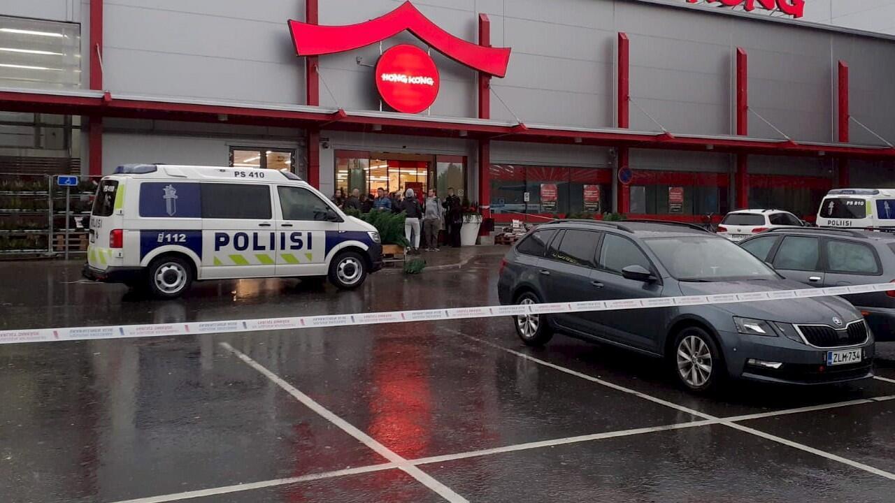 Une fourgonnette de police stationnée devant le centre commercial Herman où se trouve le Savo Vocational College, à Kuopio, en Finlande, le 1er octobre 2019.