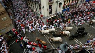 Los participantes de las Fiestas de San Fermín en Pamplona, España, corren frente a los toros y novillos durante la primera jornada del evento, el 7 de julio de 2019.