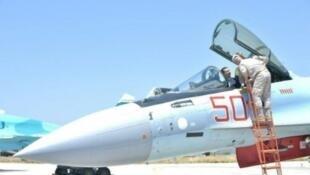 الرئيس السوري بشار الأسد يركب طائرة روسية خلال زيارة لقاعدة حميميم العسكرية الروسية قرب اللاذقية 27 حزيران/يونيو 2017