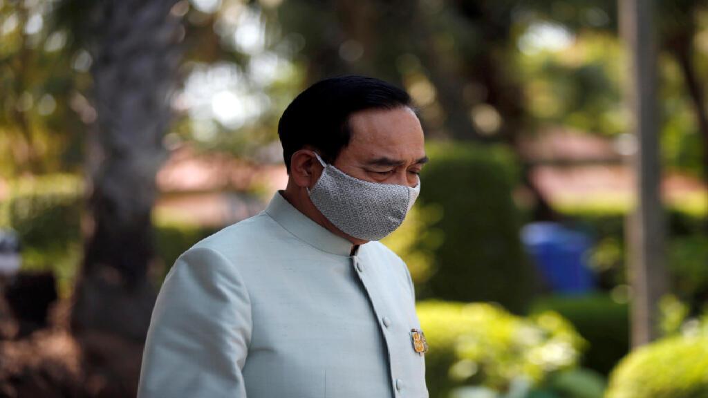El primer ministro de Tailandia, Prayut Chan-o-cha, usa una máscara protectora debido al brote del coronavirus (COVID-19), cuando sale de una reunión en la Casa de Gobierno en Bangkok, Tailandia, el 24 de marzo de 2020.