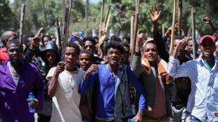 شباب أورومو يرددون شعارات أثناء مظاهرة أمام منزل جوار محمد أحد نشطاء أورومو وزعيم مظاهرة أورومو في أديس أبابا، إثيوبيا، 24 أكتوبر/ تشرين الأول 2019.