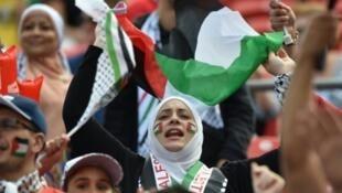 مشجعات فلسطينيات بالملعب