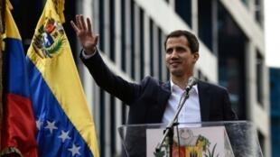 رئيس البرمان الفنزويلي خوان غوايدو الذي أعلن نفسه رئيسا بالنيابة في كراكاس في 23 كانون الثاني/يناير 2019