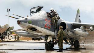 طائرة مقاتلة روسية متوقفة على مدرج قاعدة جوية في سوريا