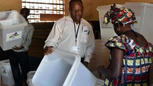 Dans ce pays de 4,8 millions d'habitants, essentiellement rural, les Centrafricains se sont massivement inscrits sur les listes électorales.