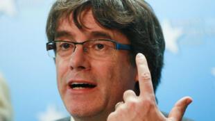 Una juez española emitió este jueves una orden de detención contra el destituido presidente catalán, Carles Puidgemont.