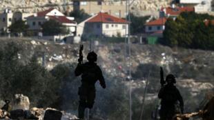 عناصر من الجيش الإسرائيلي تتمركز قرب مستوطنة قدومين أثناء مظاهرات احتجاجية على مصادرة أراض فلسطينية
