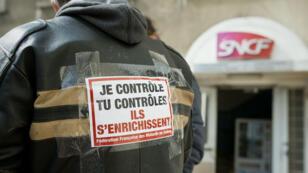 À la SNCF, les quatre syndicats représentatifs ont déposé des préavis de grève reconductibles à partir de mardi soir.