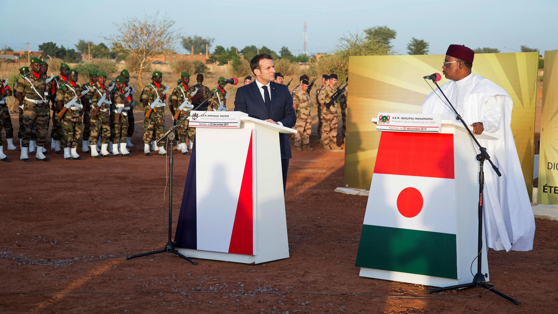 El presidente francés, Emmanuel Macron, y su homólogo de Níger, Mahamadou Issoufou, comparecieron juntos en un homenaje a 71 soldados fallecidos en Niamey, Níger. 22 de diciembre de 2019.