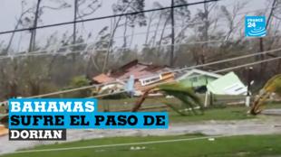 Los árboles afectados, las líneas eléctricas caídas y los escombros de las casas dañadas se dispersan en una carretera mientras el huracán Dorian arrasa Marsh Harbour, Bahamas, el 1 de septiembre de 2019.
