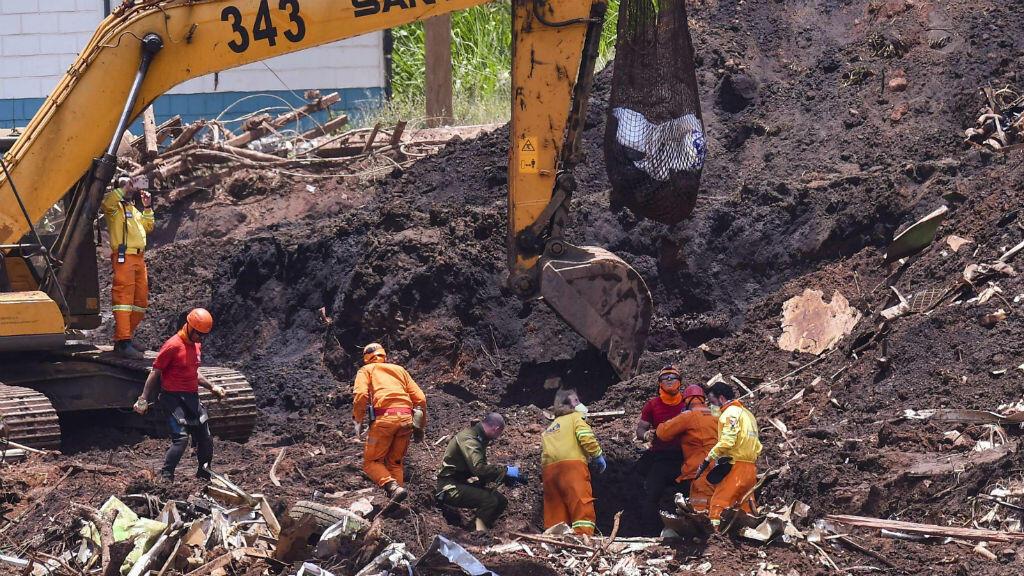 Miembros de los equipos de rescate durante las labores de rastreo en Brumandinho, Brasil, el 30 de enero de 2019.