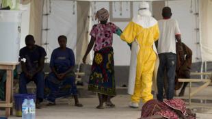 Dans un centre de soins anti-Ebola, à Macenta, en Guinée, novembre 2014.