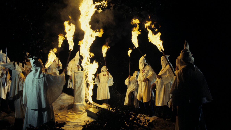 """Des membres du Klu Klux Klan brûlent une croix dans la série """"Roots : The Next Generations"""" diffusée sur ABC en février 1979."""