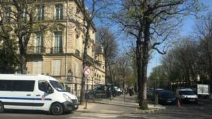 Un véhicule de CRS stationné à quelques mètres de l'avenue des Champs-Élysées.