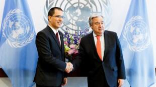 """António Guterres (derecha) instó a las autoridades venezolanas a no hacer uso de """"fuerza letal"""" durante el encuentro con el canciller venezolano, Jorge Arreaza el 22 de febrero."""