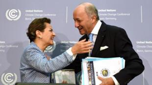 وزير الخارجية الفرنسية لوران فابيوس مع كريستيانا فوجير الأمين العام للاتفاقية المؤطرة للتغيرات المناخية بالأمم المتحدة