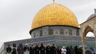 Les musulmans se rendent à l'Esplanade des Mosquées, à Jérusalem, pour prier le 29 décembre 2017.