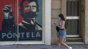 Un anuncio recuerda el uso de las mascarillas en las calles de Barcelona, el 18 de julio de 2020