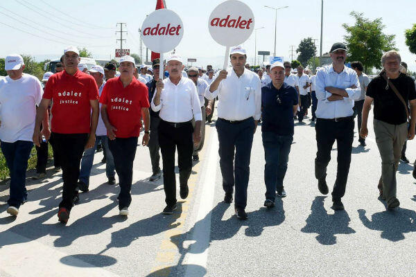 Kemal Kilicdaroglu (third from left) leads the Justice March on June 26, 2017. (Photo: CHP press office, AFP)