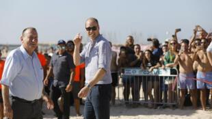 Le prince William avec Ron Huldai (à gauche), le maire de Tel-Aviv, sur une plage de la ville côtière, le 26 juin 2018.