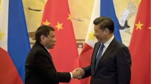 Le président philippin Rodrigo Duterte et le président chinois Xi Jinping après une cérémonie à Pékin le 20 octobre 2016.