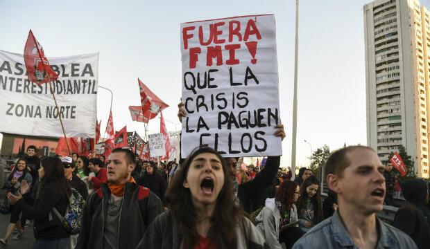 Miembros de organizaciones izquierdistas protestan mientras bloquean el puente Pueyrredon en Avellaneda, Buenos Aires, durante una huelga general de 24 horas, el 25 de septiembre de 2018.