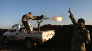 Des combattants turcs de l'Armée syrienne libre tirent vers les positions kurdes dans la région d'Afrin, le 20 janvier 2018.