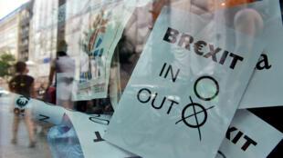 Des bulletins de vote en faveur d'une sortie du Royaume-Uni de l'UE, derrière une vitrine, le 24 juin à Berlin.