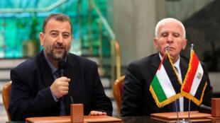 Líder de la delegación de Hamás, Saleh Al-Arouri en conferencia de prensa junto al líder de Al-Fatah, Azzam Ahman en la ceremonia de reconciliación en El Cairo, Egipto.