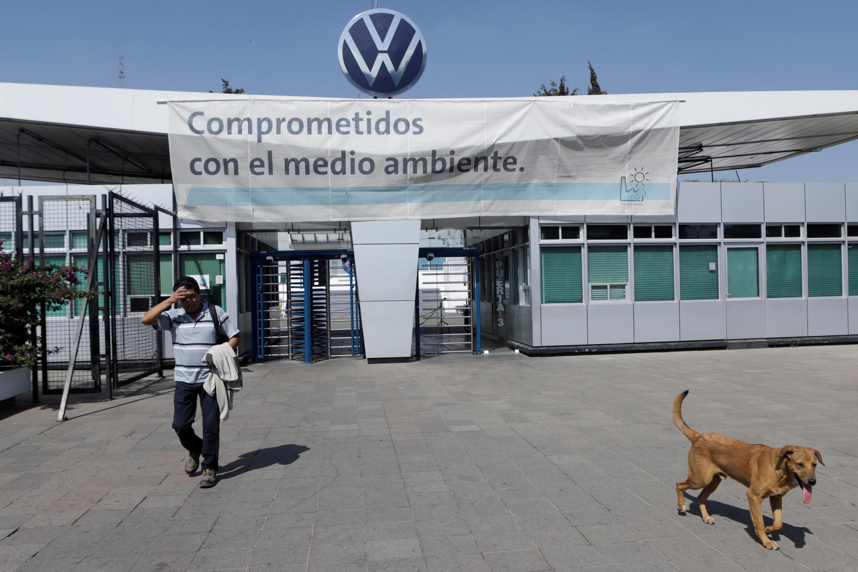 Un empleado abandona la planta de Volkswagen (VW) cuando la compañía cierra temporalmente sus fábricas en México en medio de las crecientes preocupaciones sobre la propagación de la enfermedad por Covid-19, en Puebla, México, el 29 de marzo de 2020.