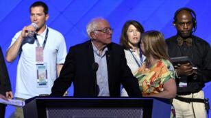 Bernie Sanders à la tribune de la convention démocrate, qui s'est ouverte lundi 25 juillet, à Philadelphie.